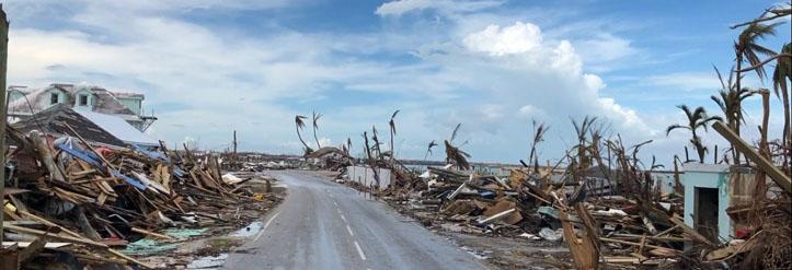 Straße durch die Trümmer nach Hurrikan Dorian