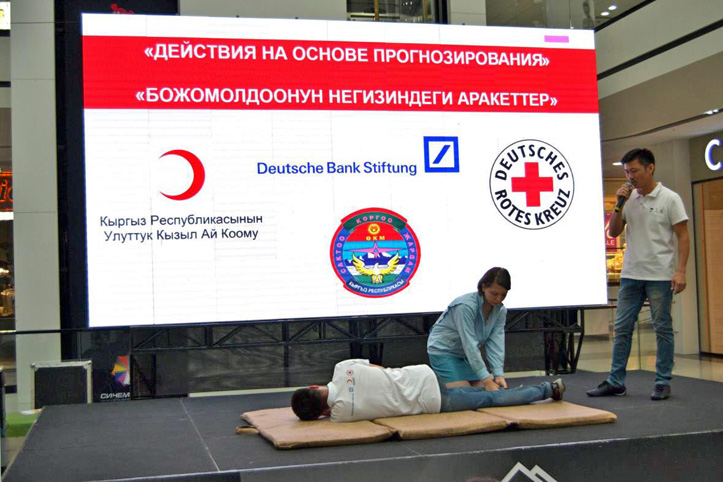 Foto: Erste-Hilfe-Demonstration in Bischkek während der Hitzewelle in Zentralasien