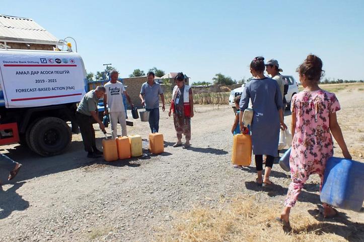 Foto: Wasserverteilung im Dorf Orzu während der Hitzewelle in Zentralasien