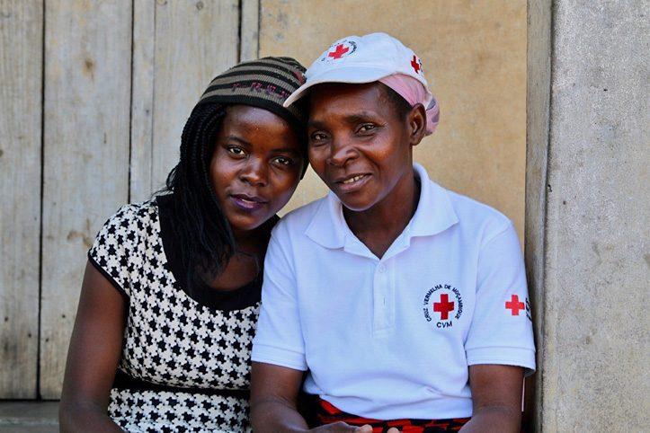 Foto: Portrait einer mosambikanischen Rotkreuzherlferin und ihrer Enkelin