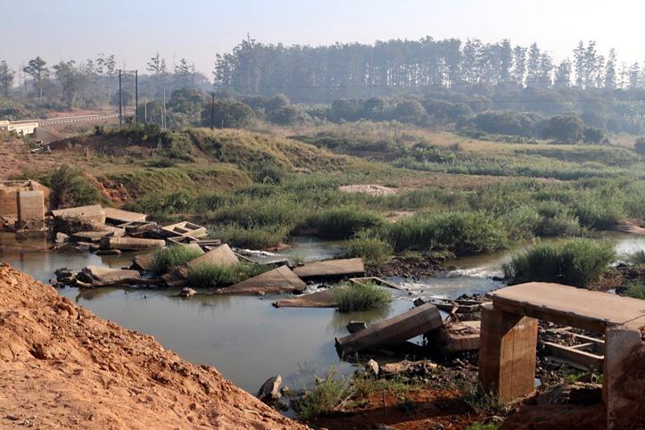 Trümmer in mosambikanischer Landschaft