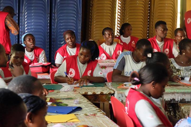 Foto: Teilnehmer einer Schulung schreiben an Tischen