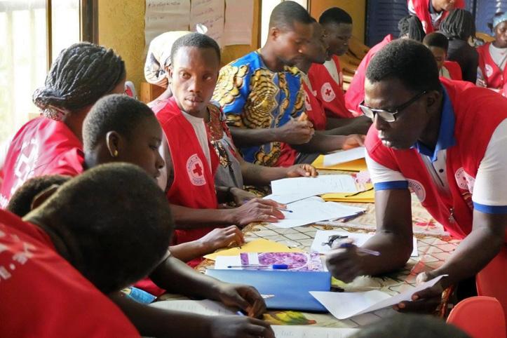 Foto: Freiwillige bei einer Schulung im Gespräch