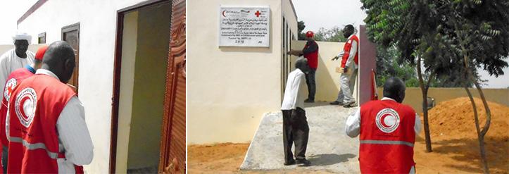 Fotocollage: Besichtigung einer behindertengerechten Latrine im Sudan