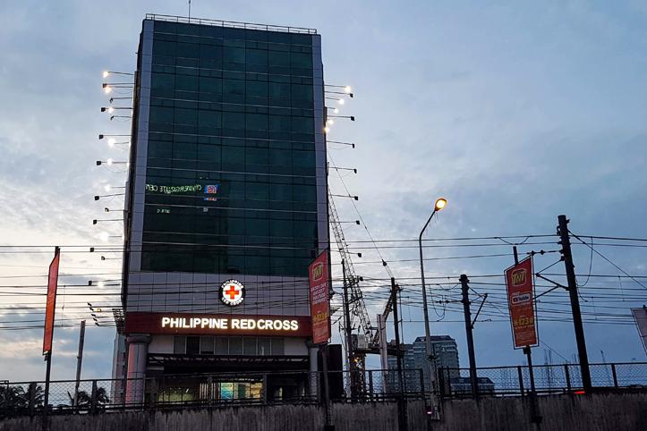 Blick auf Manilas Rotkreuz-Turm in Abenddämmerung