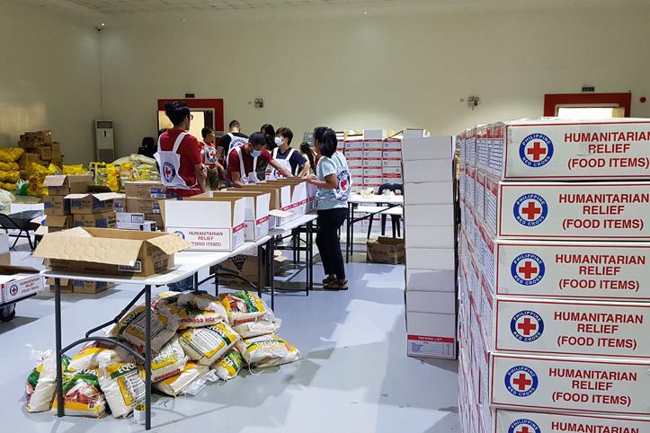 Vulkan-Ausbruch auf Philippinen: Sortieren von Rotkreuz-Hilfsgütern