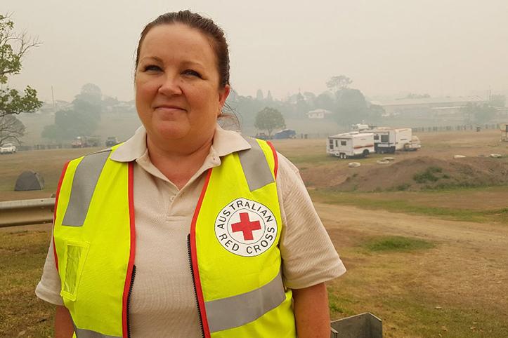Foto: Australische Rotkreuzlerin in verrauchtem Gelände