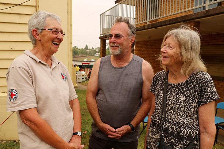 Foto: RK-Freiwillige in Australien im Gespräch mit einem Paar