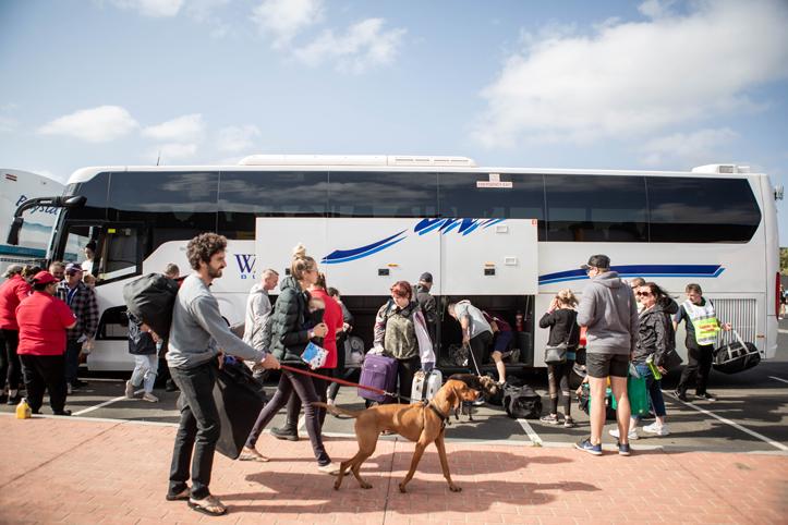 Foto: Evakuierte Menschen in Australien vor einem Bus