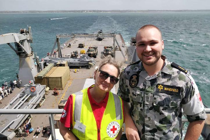 Foto: Rotkreuzhelferin und Marinesoldat auf einem Marineschiff
