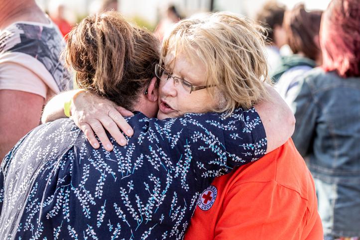 Foto: Umarmung einer Rotkreuzlerin und einer Betroffenen des Buschfeuers in Australien