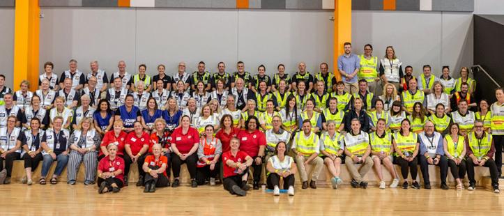 Foto: Gruppenfoto von vielen Helfern in einer Turnhalle