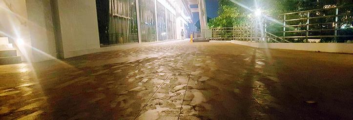 Manila: Gehweg mit Asche nach Vulkan-Ausbruch