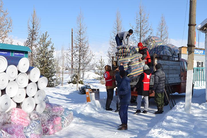 Kältewellen in Kirgistan: Helfer entladen Hilfstransporter
