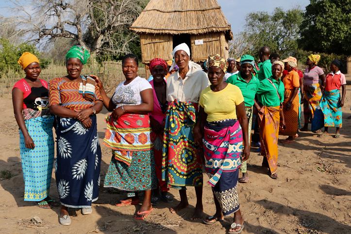 Foto: lächelnde Frauengruppe in Mosambik