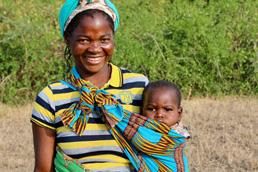 Foto: Mosambikanerin mit Baby im Tragetuch