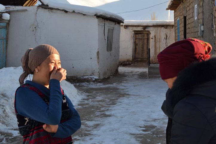 Foto: Kirgisische Hilfsempfängerin lacht.