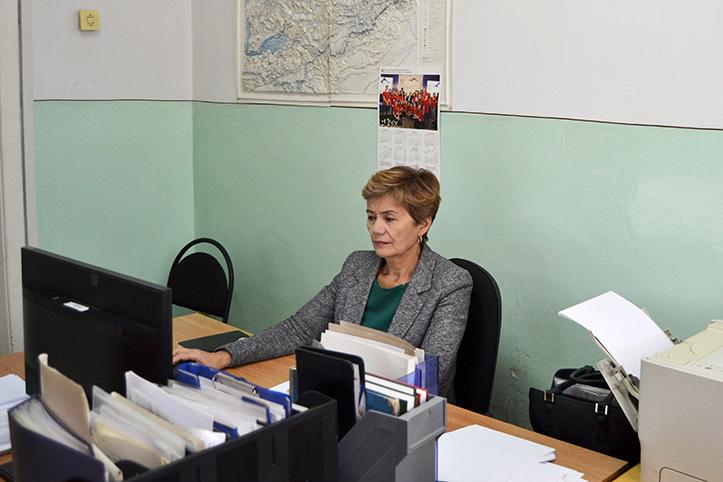 Kirgisische Wetterexpertin arbeitet in ihrem Büro