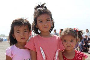 Drei Mädchen in Kirgistan
