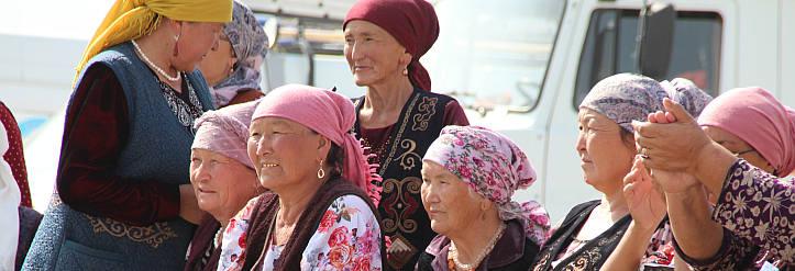 Gruppe von Seniorinnen in Kirgistan