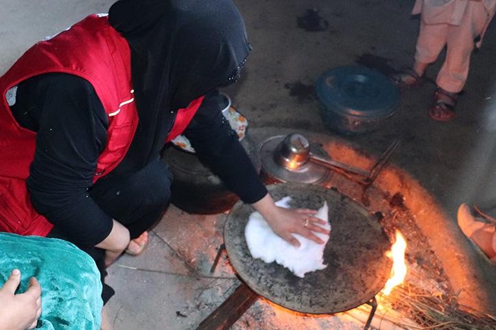 Erste Hilfe in Pakistan: Baumwoll-Erhitzung auf Stahlpfanne