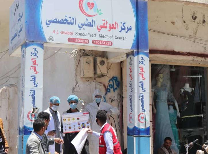 Helfer mit Plakaten zur COVID-19 Aufklärung im Jemen