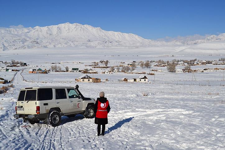 Rothalbmondhelferin und Einsatzwagen im Winter