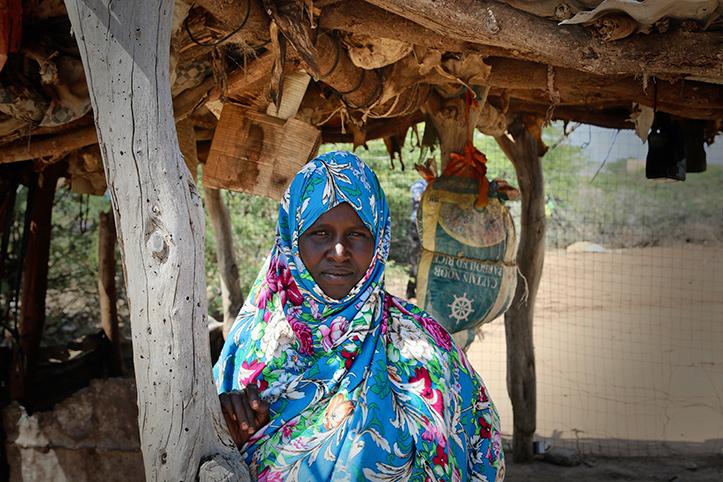 Somalierin, die Bargeldhilfe des Roten Kreuzes erhielt