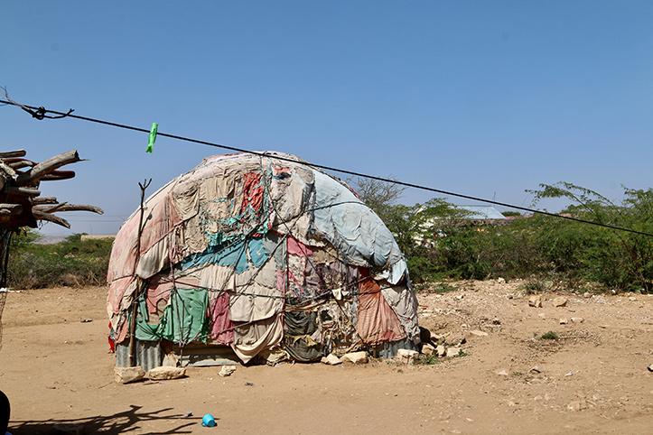 Rundes Zelt aus vielen Stoffen in Steppe