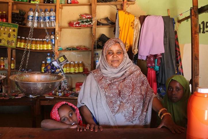 Somalierin mit Kindern in Lebensmittelladen