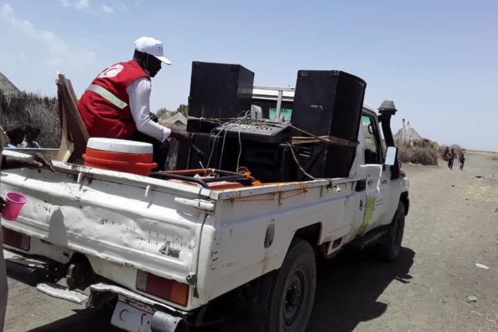Rothalbmond-Helfer auf Truck mit Lautsprechern