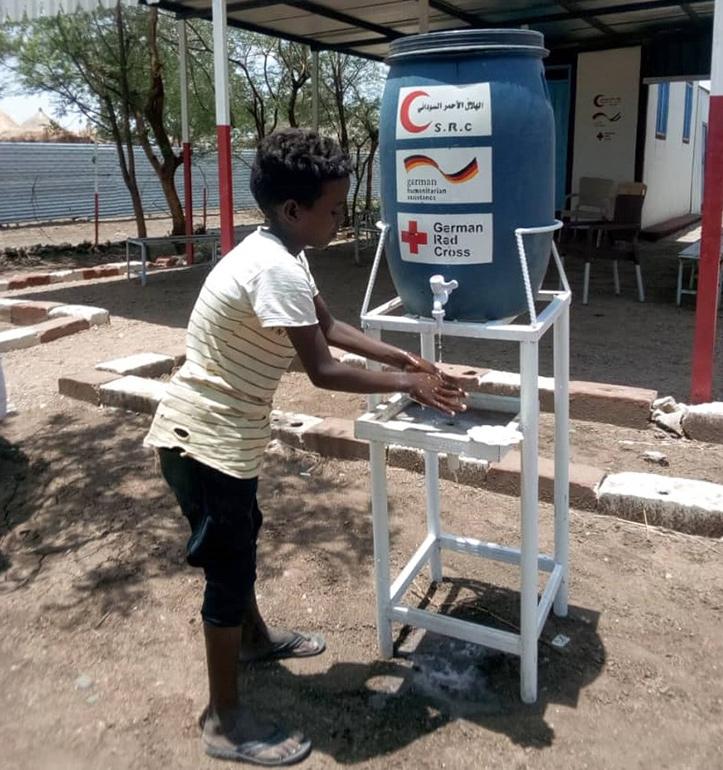 Sudanesischer Junge wäscht sich die Hände