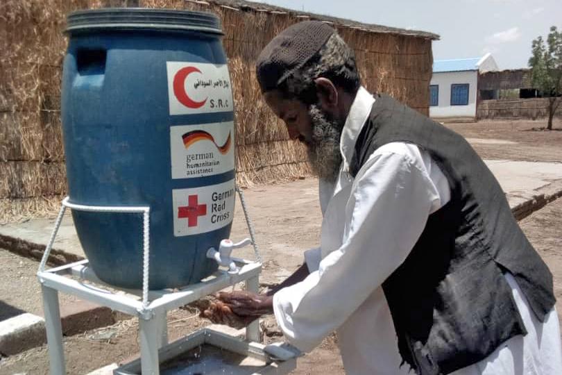 Eritreischer Flüchtling wäscht sich die Hände