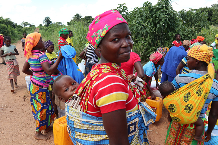 Mosambik: Mutter mit Baby bei Hilfsgüterverteilung