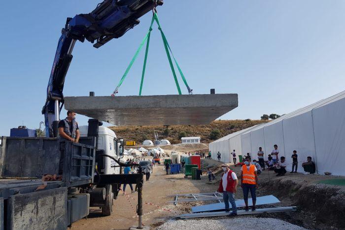 Einsatz auf Lesbos - Ein Kran lädt ein Fundament ab