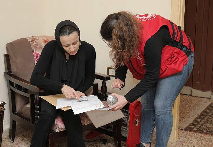 Hilfeempfängerin und Rotkreuzmitarbeiterin in Beirut