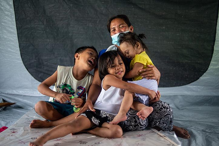 Philippinische Mutter mit ihren tobenden Kindern