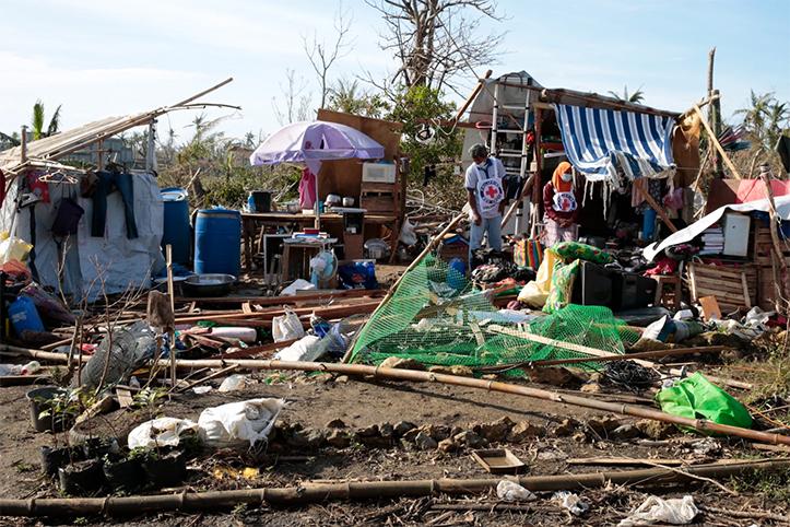 Freiwillige beim Philippinischen Roten Kreuz zwischen Trümmern