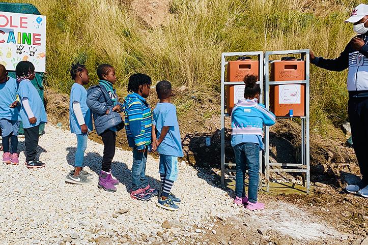 Kinder von Geflüchteten in Kara Tepe waschen Hände