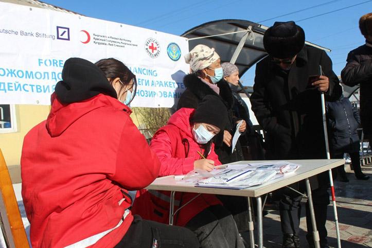 Kirgisin mit ihren Winterhilfsgütern: Hilfsgüterverteilung