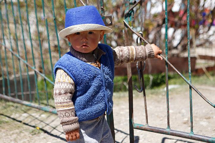 Kirgisisches Kleinkind am Eisentor