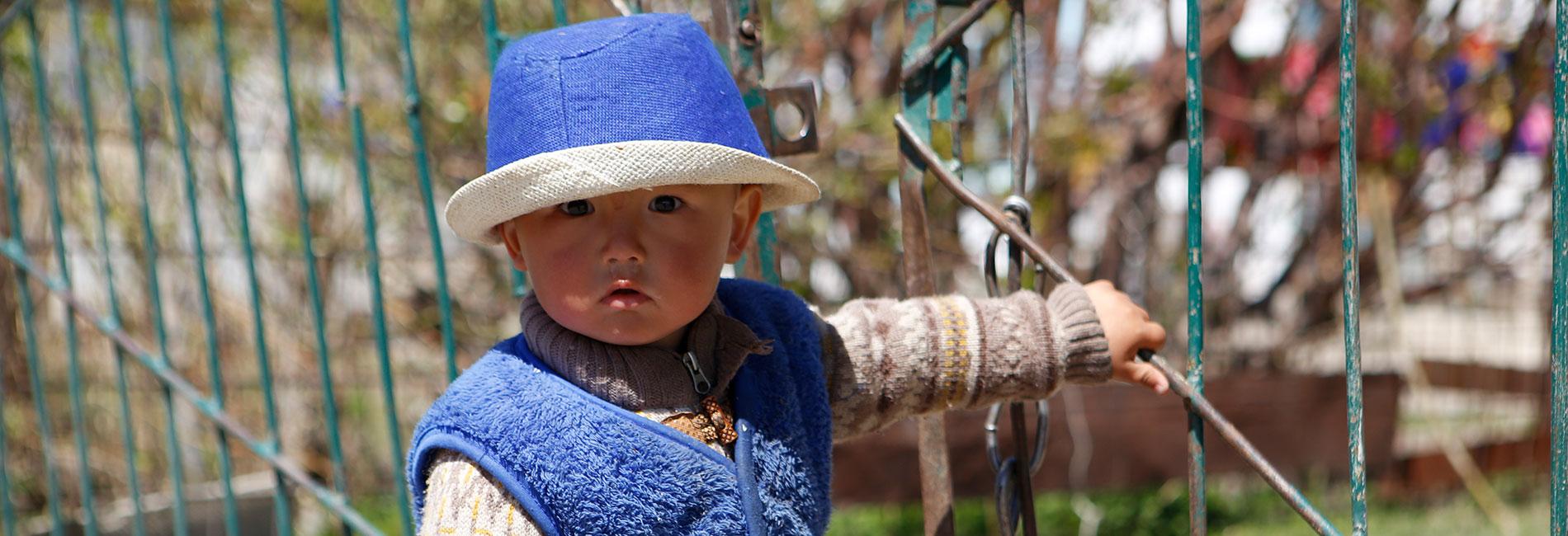 Kirgisisches Kleinkind im Projektgebiet vorausschauende humanitäre Hilfe Kirgistan