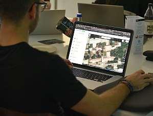 Foto: Mann vor einem Laptop