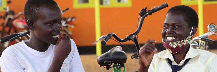 zwei ugandische Schülerinnen lachen zusammen