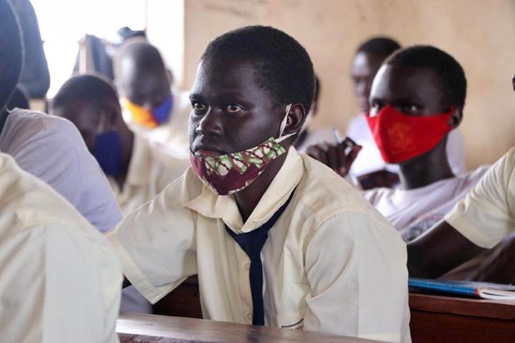 Ugandische Schülerin im Unterricht