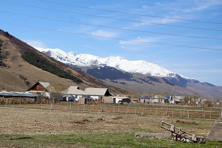 Blick auf Gletscher bedeckte Bergkette in Kirgistan