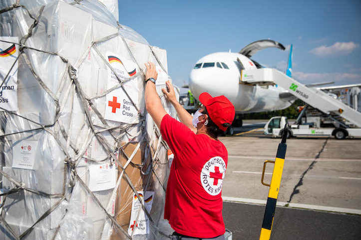 Hilfsgüter des DRK werden am Flughafen Schönefeld verladen