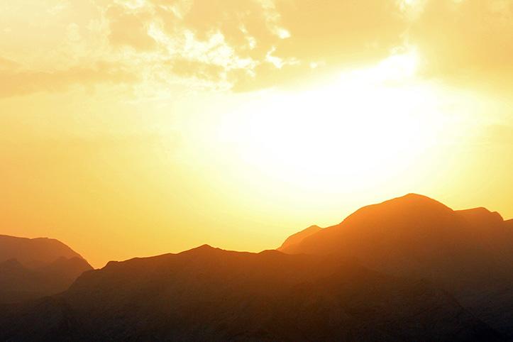 Sonne über den Bergen in Kirgistan