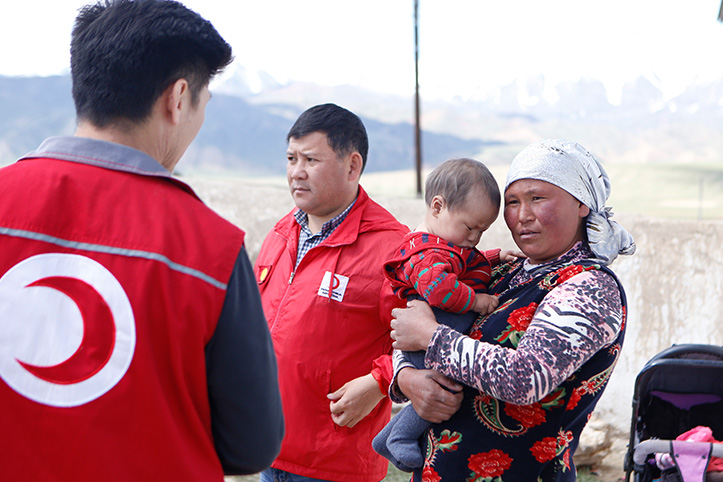 Kirgisin im Gespräch mit einem Mitatbeiter des Roten Halbmonds